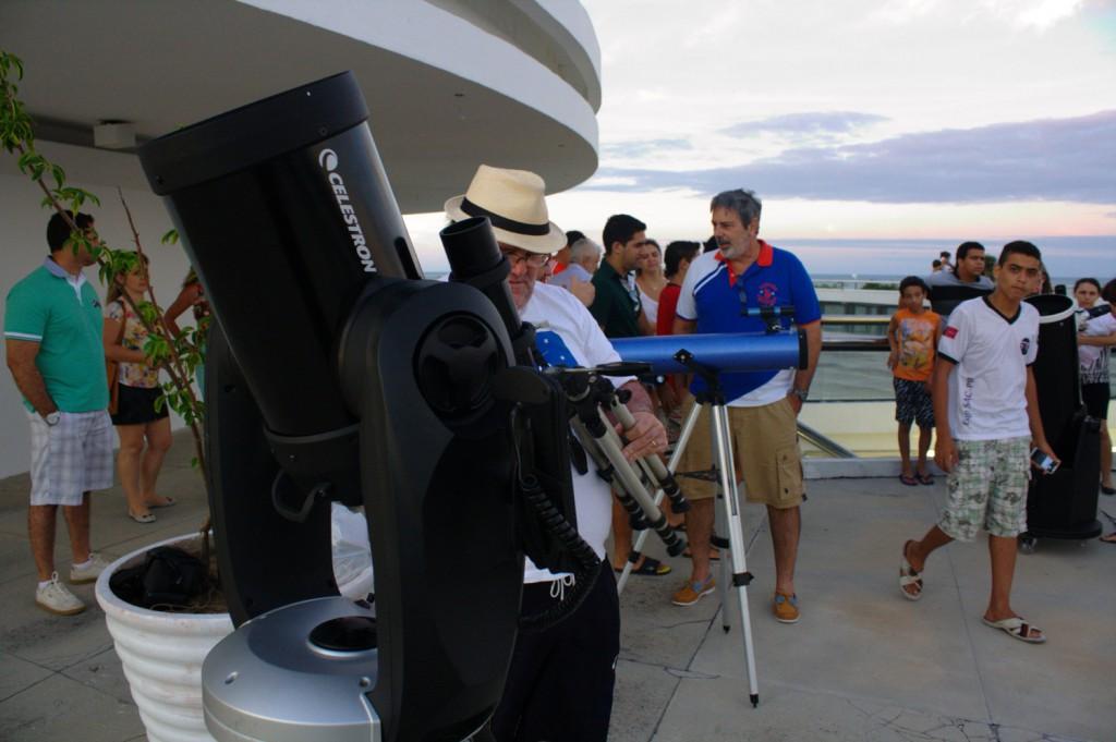 Público presente na Estação Cabo Branco observa o fernômeno