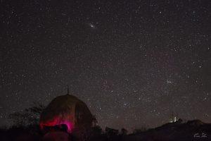 Galáxia de Andrômeda sobre a Pedra do Caboclo e Pico do Jabre - Foto: Caio Silva